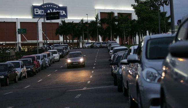 Clientes e funcionários do centro de compras reclamam do fim da gratuidade do serviço - Foto: Raul Spinassé | Ag. A TARDE