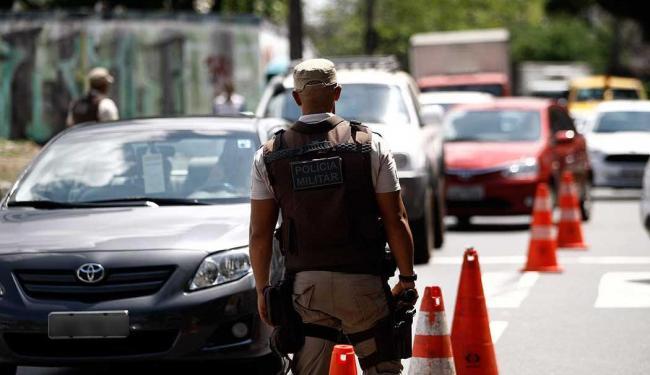 PM apreendeu 28 armas de fogo e recuperou 48 veículos roubados durante blitzes - Foto: Raul Spinassé | Ag. A TARDE
