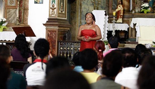 A cantora lírica Vanda Otero se apresentou, pela manhã, para uma plateia de fiéis - Foto: Raul Spinassé l Ag. A TARDE