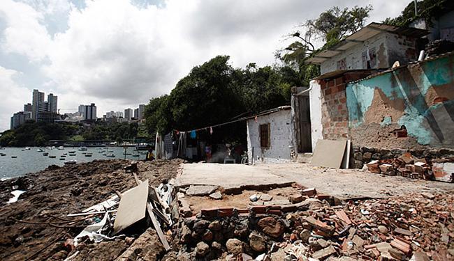 Construções foram edificadas na rua Forte de São Diogo, próximo à via que dá acesso ao Yacht Club - Foto: Raul Spinassé l Ag. A TARDE