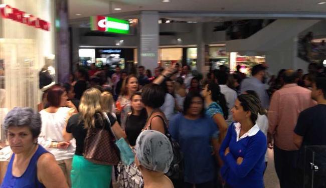 Pessoas se aglomeram em frente a loja que a mulher se escondia - Foto: Cidadão Repórter