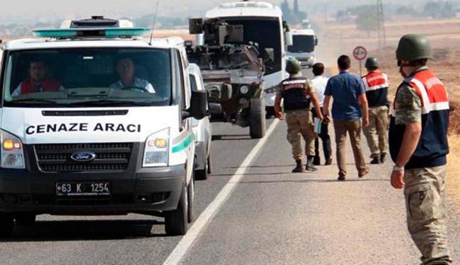 Corpos de migrantes afogados na Turquia são levados para a Síria - Foto: EPA   Sertac Kayar   Agência Lusa   Direitos Reservados