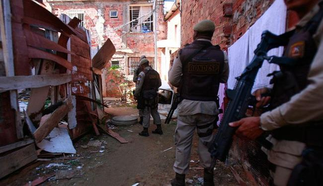No Costa Azul, policiais fazem buscas na localidade conhecida como Inferninho - Foto: Edilson Lima | Ag. A TARDE