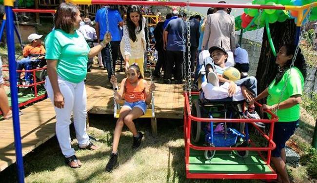 Brinquedos são adaptados para cadeiras de rodas - Foto: Luciano da Matta   Ag. A TARDE