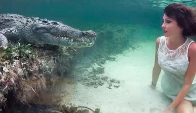 Modelo fez fotos em local onde vivem cerca de 700 crocodilos - Foto: Reprodução | Barcroft Media