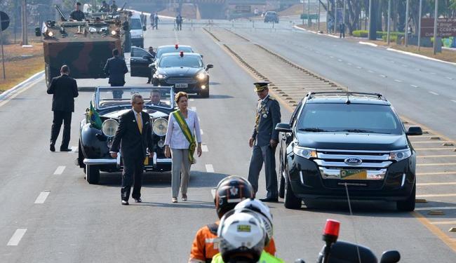 Presidente abre desfile cívico - Foto: Valter Campanato | Ag. Brasil | 07.09.2015
