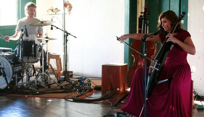 Fernanda, uma das vocalistas da banda Dois Em Um gravando no salão do Museu Wanderley - Foto: Adilton Venegeroles | Ag. A TARDE