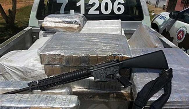 Três homens e uma mulher foram presos em flagrante por tráfico de drogas - Foto: Divulgação   PM
