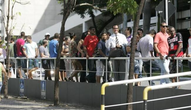 Fila para compra de ingressos no Shopping Capemi - Foto: Edilson Lima   Ag. A TARDE