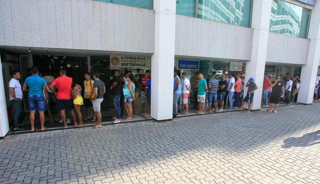 Uma grande fila se formou no Shopping Capemi - Foto: Fernando Amorim | Ag. A TARDE