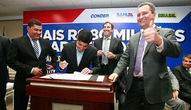 O governador Rui Costa (D) e o prefeito ACM Neto (C) assinaram documento no evento - Foto: Margarida Neide   Ag. A TARDE
