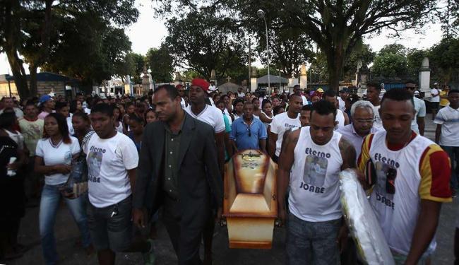 Colegas de escola foram ao enterro com a farda do colégio - Foto: Joa Souza | Ag. A TARDE