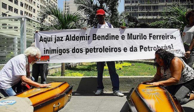 Manifestantes fizeram um enterro simbólico em frente à sede da empresa no Rio - Foto: Ellan Lustosa | Código 19 | Estadão Conteúdo | 24.09.2015