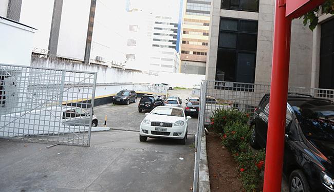 Estacionamento privado de banco na Av. Tancredo Neves teve acesso liberado aos motoristas - Foto: Joá Souza l Ag. A TARDE