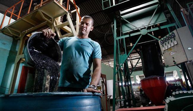 Ex-detento, Gilvanir coordena equipe de presos em fábrica dentro do presídio - Foto: Raul Spinassé | Ag. A TARDE