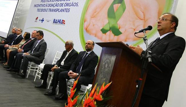 Secretário da Saúde, Fábio Vilas-Boas (D) afirmou que o estado pretende investir R$ 10 mi por ano - Foto: Marco Aurélio Martins | Ag. A TARDE
