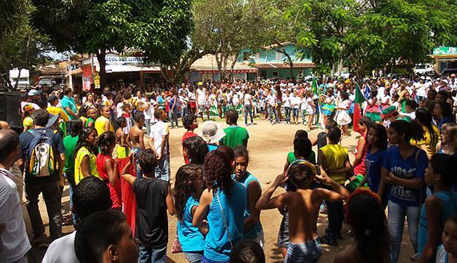 Público lotou praça central do distrito, no sul baiano - Foto: Ed Bastos l Divulgação