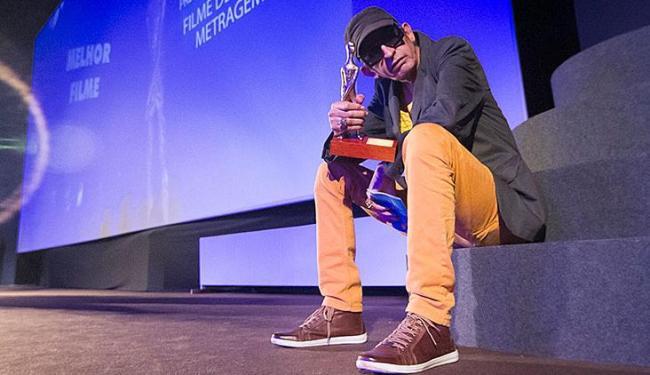 O diretor pernambucano Cláudio Assis com o prêmio por