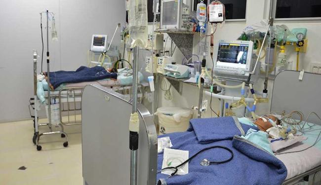 Gêmea na UTI após a cirurgia de separação - Foto: Divulgação | HMI