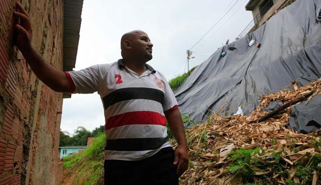 Gilson Nascimento espera a prefeitura concluir obra - Foto: Edilson Lima   Ag. A TARDE