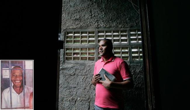 No terceiro domingo do mês, Gilson prega em comunidades. Ao lado, preso, quando era traficante - Foto: Raul Spinassé l Ag. A TARDE