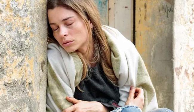 Larissa (Grazi Massafera) será socorrida por evangélico - Foto: Divulgação | TV Globo