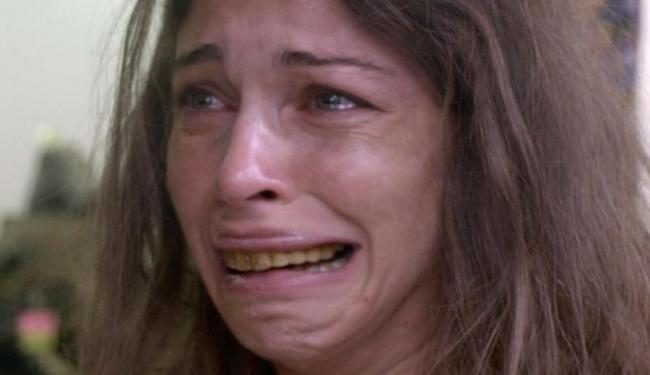 Na cena, Larissa se choca com sua aparência no espelho - Foto: Divulgação   TV Globo