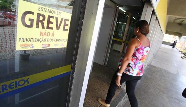 Movimento deflagrado ainda surpreendeu alguns usuários dos serviços dos Correios - Foto: Marco Aurélio Martins | Ag. A TARDE