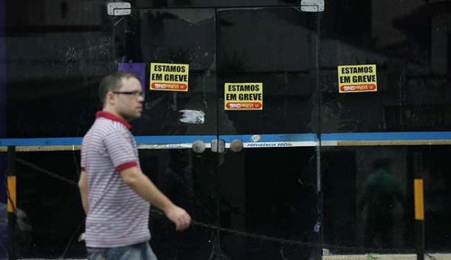 INSS está em greve desde 7 de julho - Foto: Raul Spinassé | Ag. A TARDE 08.07.2015