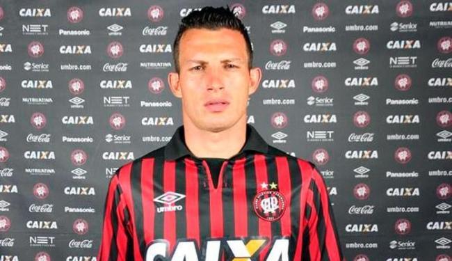 Gustavo deve chegar a Salvador para assinar contrato com o tricolor nesta terça - Foto: Reprodução   Atlético-PR