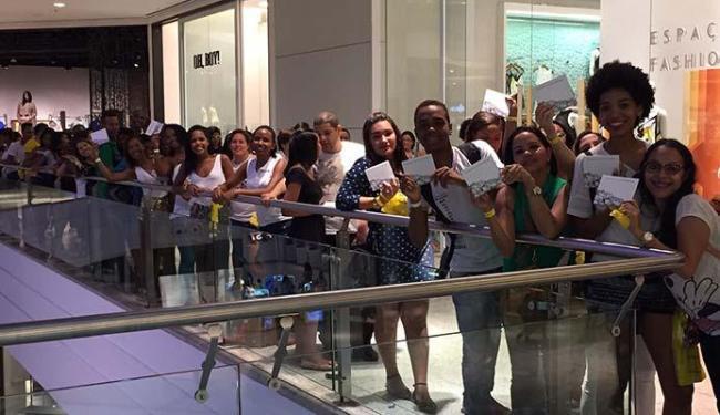 Fila de fãs saía da livraria e tomava conta do corredor do Salvador Shopping - Foto: Divulgação