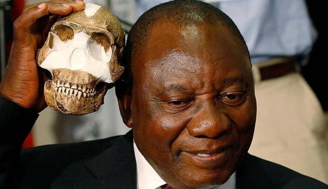 Vice-presidente da África do Sul Cyril Ramaphosa mostra uma réplica do crânio - Foto: Siphiwe Sibeko | Reuters | 10.09.2015