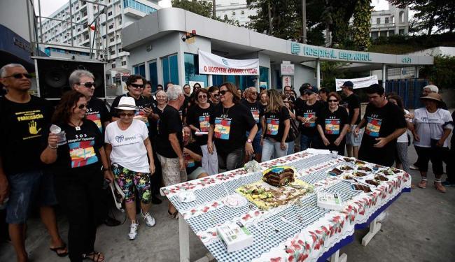Manifestantes levaram bolo para lembrar um ano de fechamento do hospital - Foto: Raul Spinassé   Ag. A TARDE