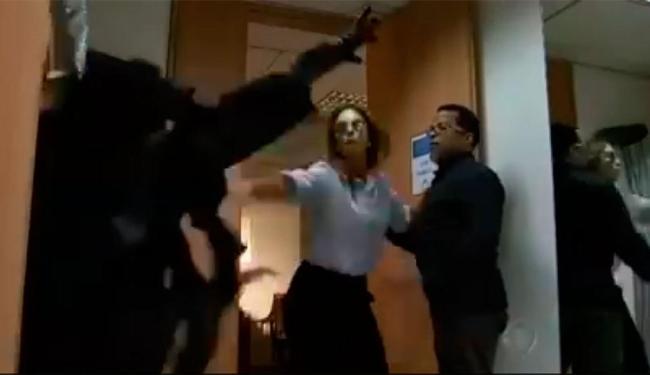 Ivete atacou o homem vestido de palhaço - Foto: Reprodução | Record