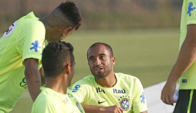 Lucas conversou com companheiros da seleção durante treino em Nova Jersey - Foto: Rafael Ribeiro   CBF