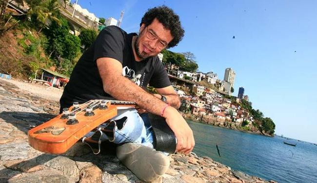 O músico Luciano Calazans com seu contrabaixo, na sede do MAM-Ba (Solar do Unhão) - Foto: Mila Cordeiro | Ag. A TARDE