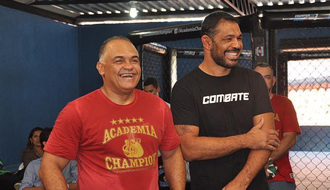 Luiz Dórea (E) batizou sala de treinamento com o nome do ex-aluno, Minotauro - Foto: Danilo Oliveira l Divulgação