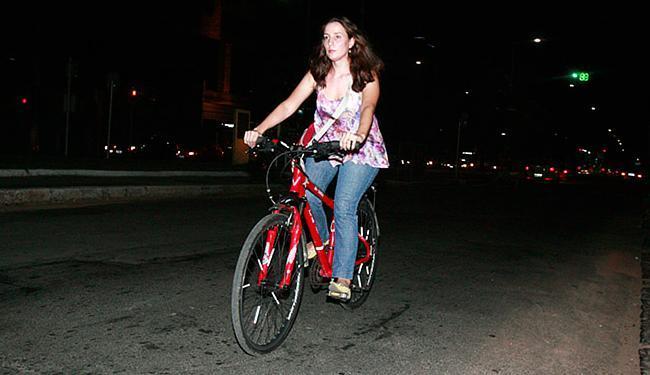 Marcella Marconi utiliza a bicicleta para ir e voltar do trabalho - Foto: Fernando Amorim l Ag. A TARDE