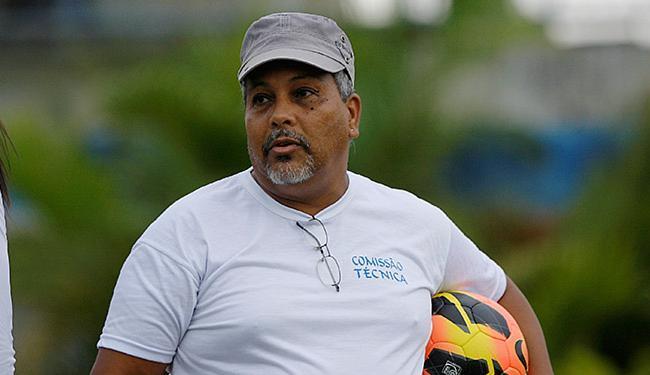 Time comandado por Mário Augusto sofre para treinar no campo de Pituaçu - Foto: Raul Spinassé | Ag. A TARDE