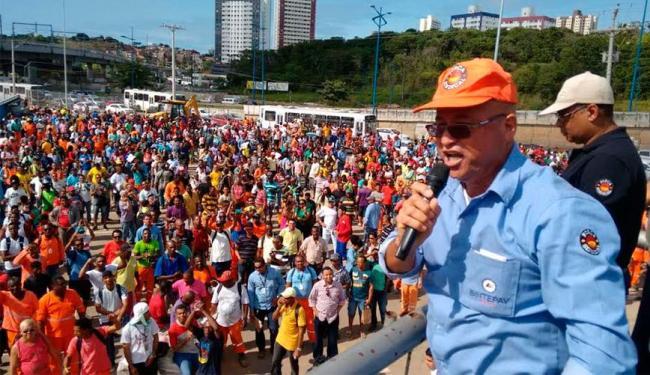 Operários se reuniram no canteiro de obra da Rótula - Foto: Edilson Lima | Ag. A TARDE