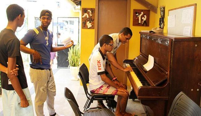Jovens da comunidade têm aulas de música ministrada por militar no Uruguai - Foto: Divulgação l SSP-BA