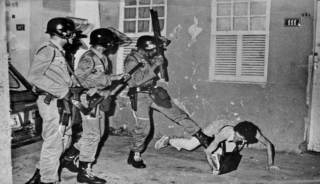 Na imagem, Arlindo Félix retrata a greve estudantil na década de 70 - Foto: Arlindo Félix | Arquivo | Ag. A TARDE