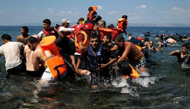 Alguns imigrantes chegaram nadando a costa de uma ilha ao sul da Grécia - Foto: Agência Reuters | Alkis Konstantinidis