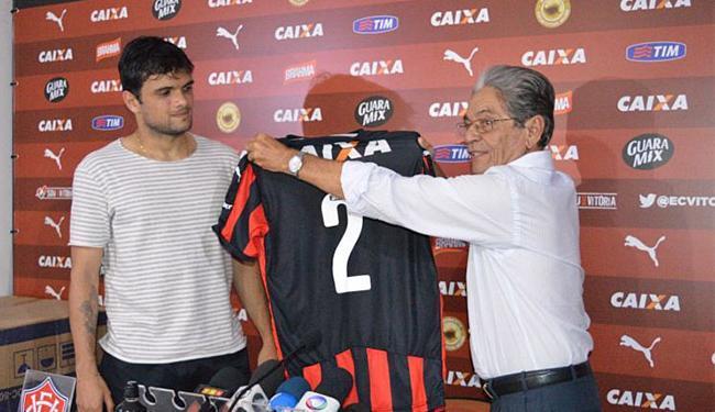 O presidente do clube, Raimundo Viana, deu as boas-vindas ao jogador - Foto: Divulgação l E.C. Vitória