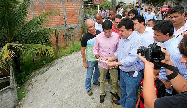 Prefeito (ao centro) vistoria área onde serviço foi feito - Foto: Luciano da Matta l Ag. A TARDE