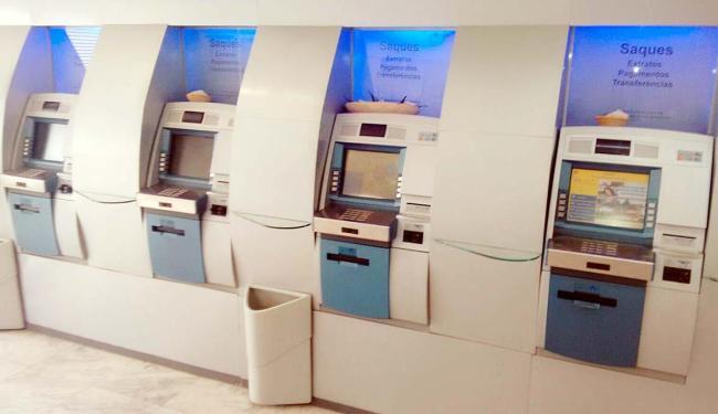 As oferendas estavam sobre três dos quatro caixas eletrônicos da agência - Foto: Juliana Gomes de S. Campos | Foto do leitor