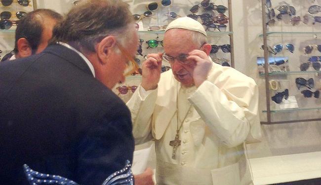 Papa Francisco pediu que sua antiga armação fosse reutilizada e disse que pagaria pelas lentes - Foto: Chiara Apollonj | Agência Reuters