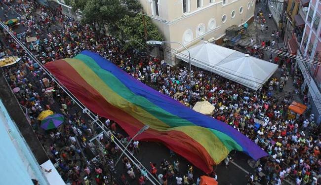 Interdição do tráfego será das 22h de sábado às 23h de domingo, no Centro, por conta da Parada Gay - Foto: Raul Spinassé | Ag. A TARDE