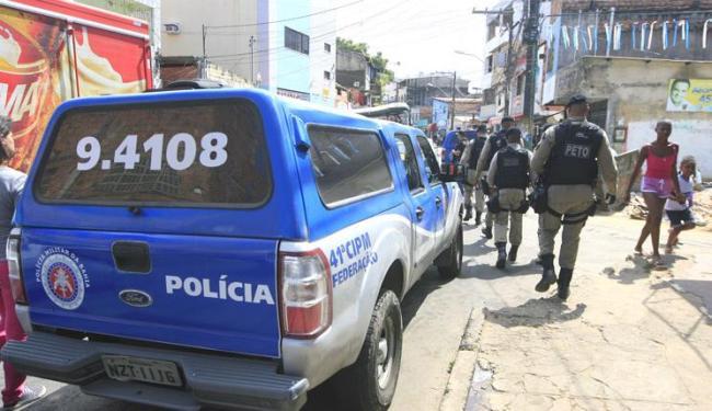 Policiais fazem buscas no Vale da Muriçoca, onde 10 pessoas foram baleadas no último domingo - Foto: Edílson Lima   Ag. A TARDE