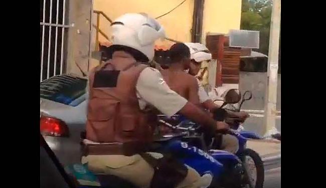 Depois de ser preso o homem foi puxado por duas motos em uma rua - Foto: Reprodução | Vídeo | ATV